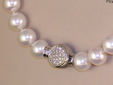 Diamond necklace with freshwater pearls of 10 mm in diameter and 1 ct diamonds.
