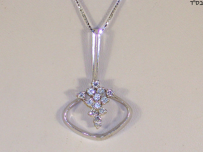 Woman's necklace and diamond cluster pendant - 0.91 ct in total
