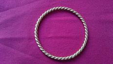 18 kt solid gold twisted bangle - Weight: 30.50 g