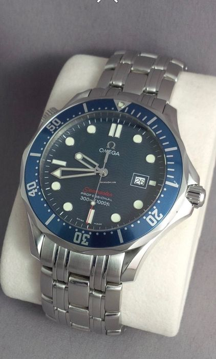 omega seamaster professional 300 m 1000 pieds james bond montre bracelet rouge quartz. Black Bedroom Furniture Sets. Home Design Ideas