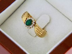 Ring in 18 kt gold central emerald with diamond entourage, ring size: 60, resizing possible