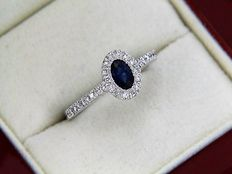 18kt white gold ring with a central sapphire surrounded by diamonds - size 53