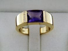 18 kt yellow gold cocktail ring set with a polished amethyst gemstone on head ('table swiffée-polie') and with side diamonds of 0.06 ct. Cocktail ring size: 54.