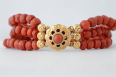 Precious coral bracelet with 14 karat yellow gold clasp - length: 19 cm