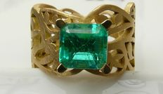 Gold ring with a 2.37 ct emerald
