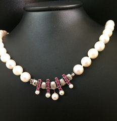Cultured pearl necklace with a white gold clasp with ruby and cultured pearls.