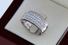 Fine jewellery ring in white gold with diamonds.