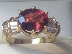Yellow gold 18 kt women's ring set with a 2.93 ct red tourmaline and baguette cut diamonds, 0.53 ct. TW/VS