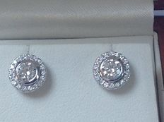 White gold 18 kt ear studs with 2 brilliant cut diamonds – Including entourage of brilliant cut diamonds, 0.80 ct TW/VS.