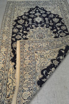 A beautiful dark blue and bright Nain Persian carpet of 208 x 130 cm. End of the 20th century
