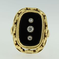 Yellow gold ring set with onyx and Bolshevik cut diamond