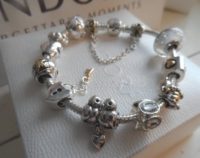 Pandora bracelet with 10 charms and 1 safety chain - 19 cm.