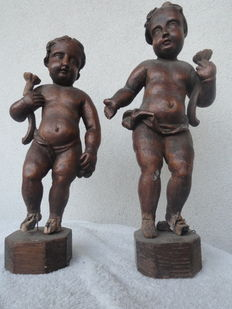 Cherub-shaped candleholders carved in walnut - 18th century