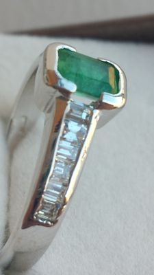 Gold ring with emerald and diamonds – Low reserve price