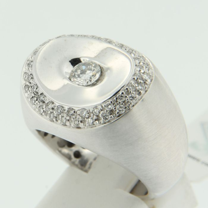 18 kt White gold ring set with 49 brilliant cut diamonds, approx. 0.75 ct in total, F-G-H/VS2-VS-SI