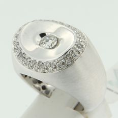 18 kt White gold ring set with 49 brilliant cut diamonds, approx. 0.75 ct in total, F-G-H/VS2-VS-SI - ring size 17.75 (56)