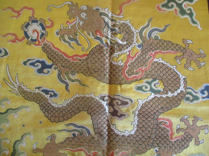 4e8bcb81fa7e7 Section of an imperial dress from the Qing era - Silk, gold and silver -  China - mid 19th century - Catawiki