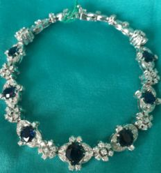 Luxurious 18 kt gold bracelet with sapphires of approx. 5 ct and 138 diamonds of approx. 3 ct