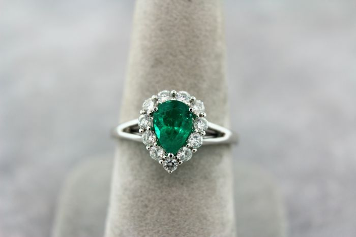 Diamond gold ring 14 kt set with a Colombian emerald