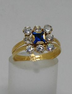18 kt yellow gold ring with centre blue stone and zirconias
