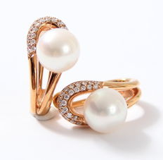 Rose gold earrings with brilliants and cultivated pearls.