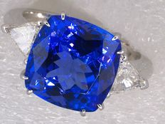 Ring with a tanzanite of 6.62 ct and diamonds of 0.50 ct, totalling 7.12 ct
