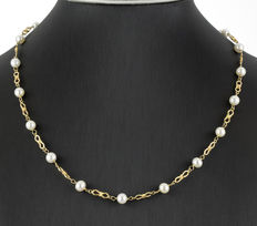 Yellow gold necklace interspersed with 20 Akoya round cultured pearls
