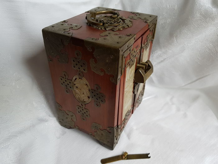 A Chinese jewelry box China 2nd half of the 20th century Catawiki