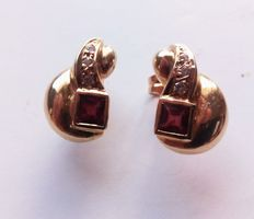 18 kt yellow Gold earrings set with ruby gemstones and diamonds.