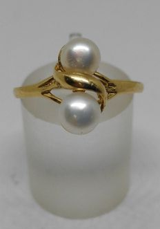 Women's yellow gold ring with pearls