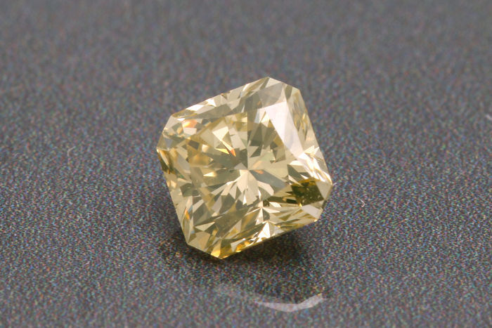 Diamante a taglio cushion da 0,41 ct, naturale fancy giallo-marrone VS1.
