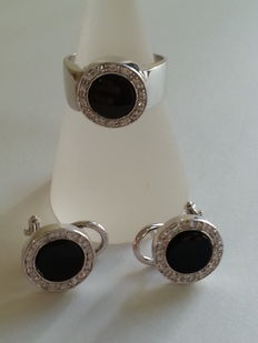 Ring and earrings, with brilliant cut diamonds totalling 0.45 ct (G/VVS2) and round onyx.