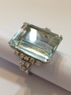 White gold ring with 25.59 ct Aquamarine and diamonds totalling 1.08 ct
