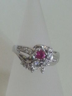 Ring in white gold with diamonds, 0.60 ct, G/VVS2 and central ruby, 0.20 ct, light red colour, clarity VVS1.