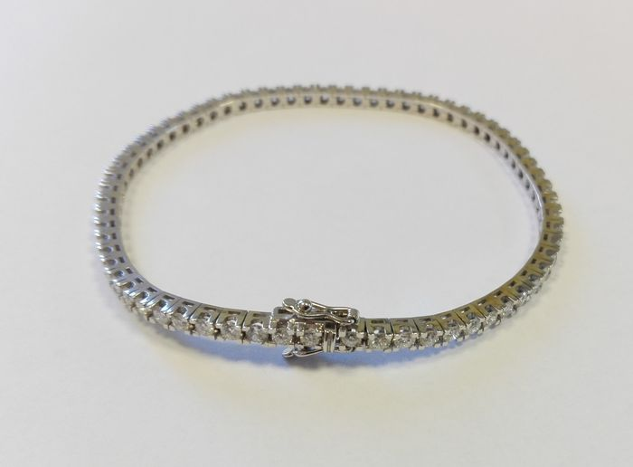 White gold tennis bracelet with 3.68 ct of brilliant cut diamonds