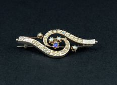1920s brooch with sapphire and small pearls.