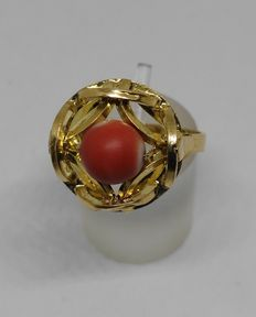 18 kt yellow gold ring with salmon coral.