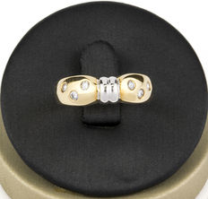 Two-tone ring with 6 diamonds