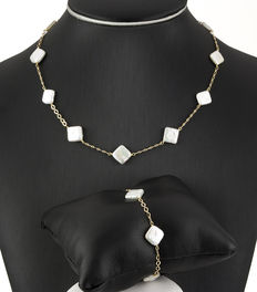 Set of yellow gold choker and bracelet with baroque pearls.