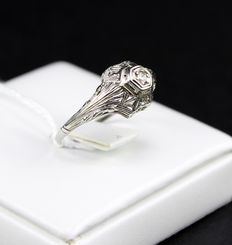 Art Déco 18 kt white gold solitaire ring