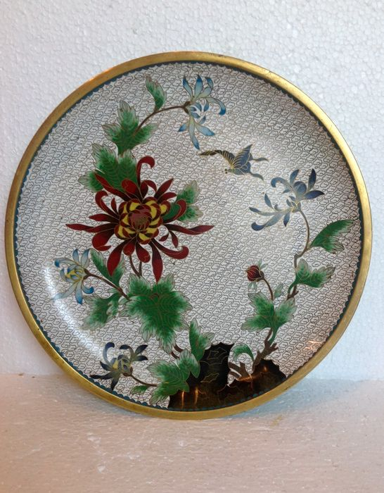 Cloisonn dish with a decor of flowers and butterfly for Decor traduction
