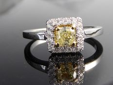 Diamond ring with fancy  yellow cushion diamond, total 0.71 ct