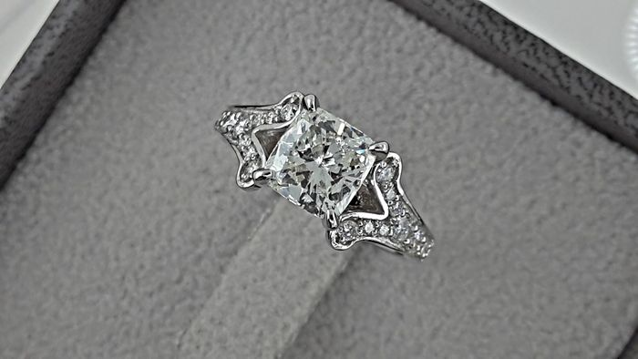 1.78 ct cushion diamond  ring in 18 kt white gold - size 6,5