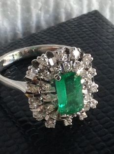 White gold ring with a green emerald of 2.71 ct and diamonds of 0.21 ct, ring size: 16 mm