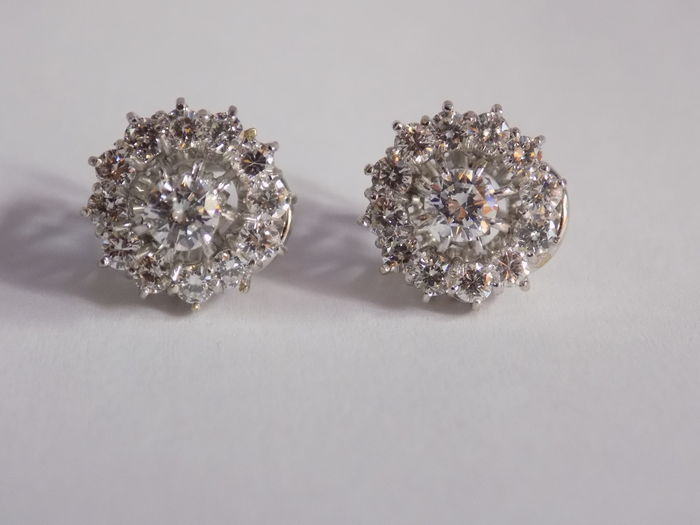 Rosette earrings with diamonds, 18 kt white gold
