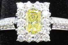 18 kt white gold ring, with one 0.43 ct princess cut diamond, fancy, intense yellow, and 34 round brilliant cut diamonds, 0.38 ct