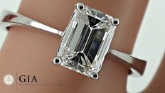 GIA 1.01 ct E/VVS1 emerald-cut diamond engagement ring made of 18 kt gold