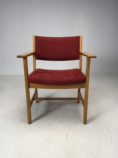 Hans J. Wegner for Getama – vintage chair in red Alcantara.