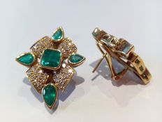18 kt (750/1000) gold - Earrings set with diamonds totalling 0.85 ct and with emerald gemstones totalling 3.80 ct – Measurements: 30 x 20 mm.