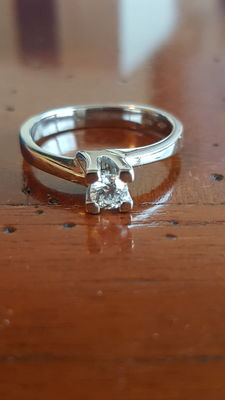 White gold ring with solitaire diamond